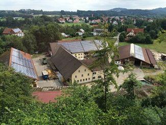 Photovoltaik-Anlage auf den Dächern der Lautracher Ökonomie